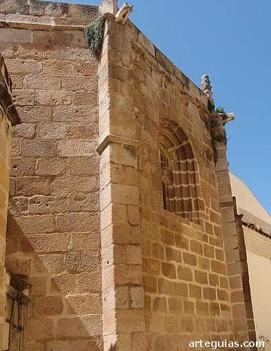 Concatedral de Santa Maria, en Mérida, al igual que le pasa a  la catedral de Badajoz, se ven los sillares con los agujeritos.