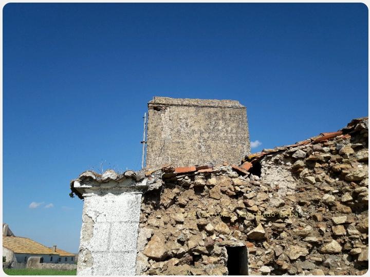 Detalle de una cruz esgrafiada en la chimenea.