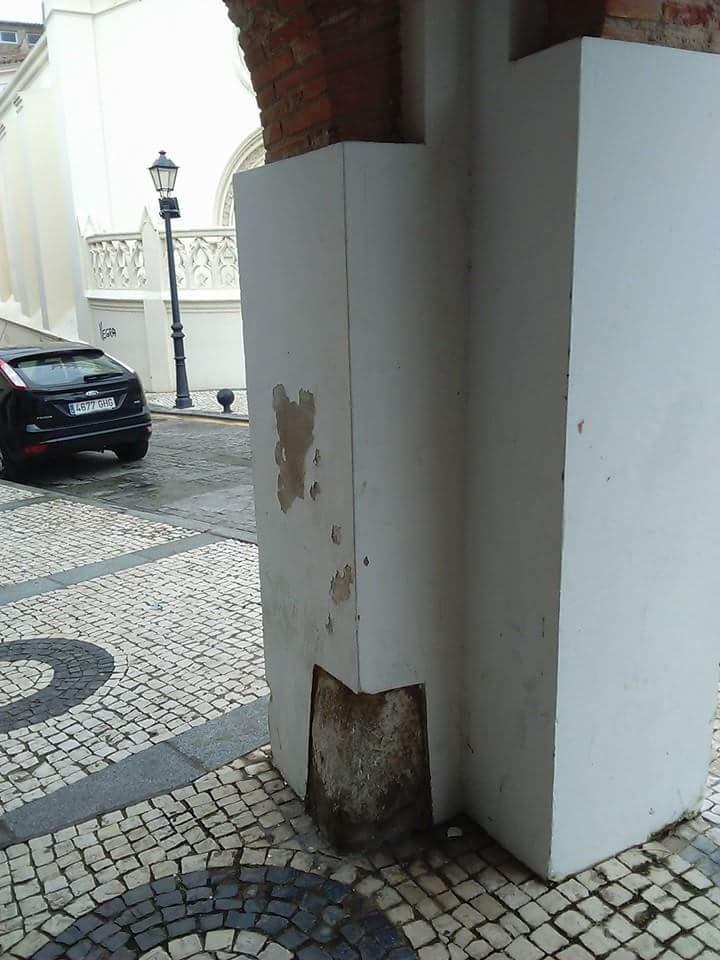 Posiblemente debajo de estos pilares existan más capiteles y fustes.