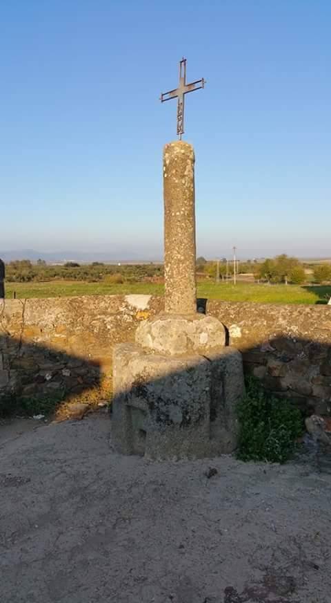 Crucero con base una piedra de lagar romana.