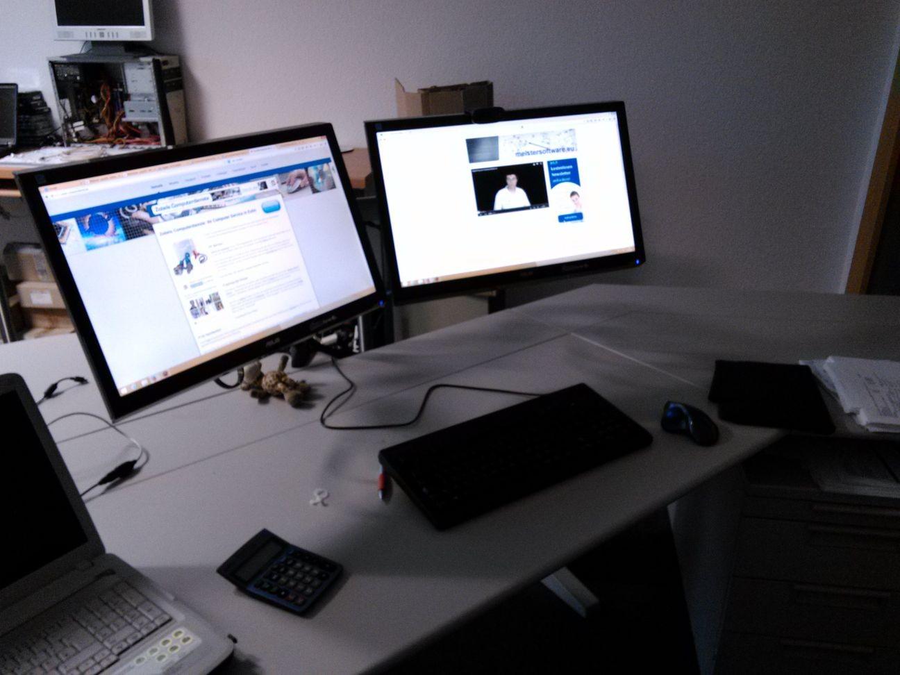 moderner PC-Arbeitplatz mit zwei Monitoren