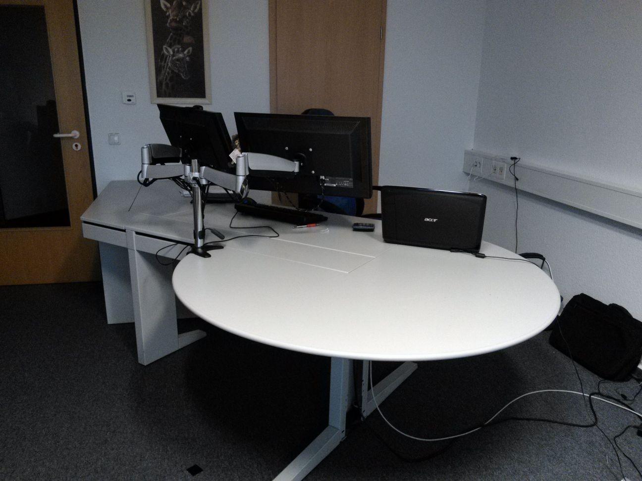 Schreibtisch mit Beratungsinsel