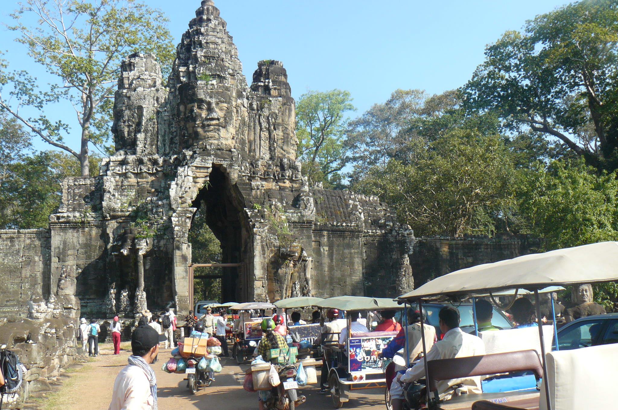 Kambodscha, Angkor Wat - Eingangstor mit tausenden von Tut Tuns