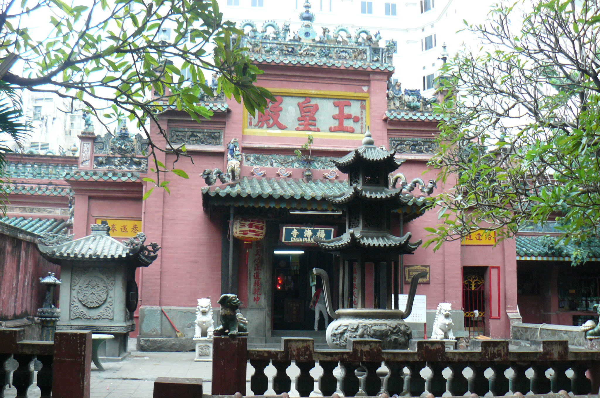 Vietnam, Ho Chi Minh-Stadt - Lena geht zu einem Tempel