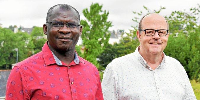 Le père René Diassié (à gauche) et le père Guillaume Croguennec quittent la paroisse Saint-Colomban après six années  |  Photo : Le Télégramme