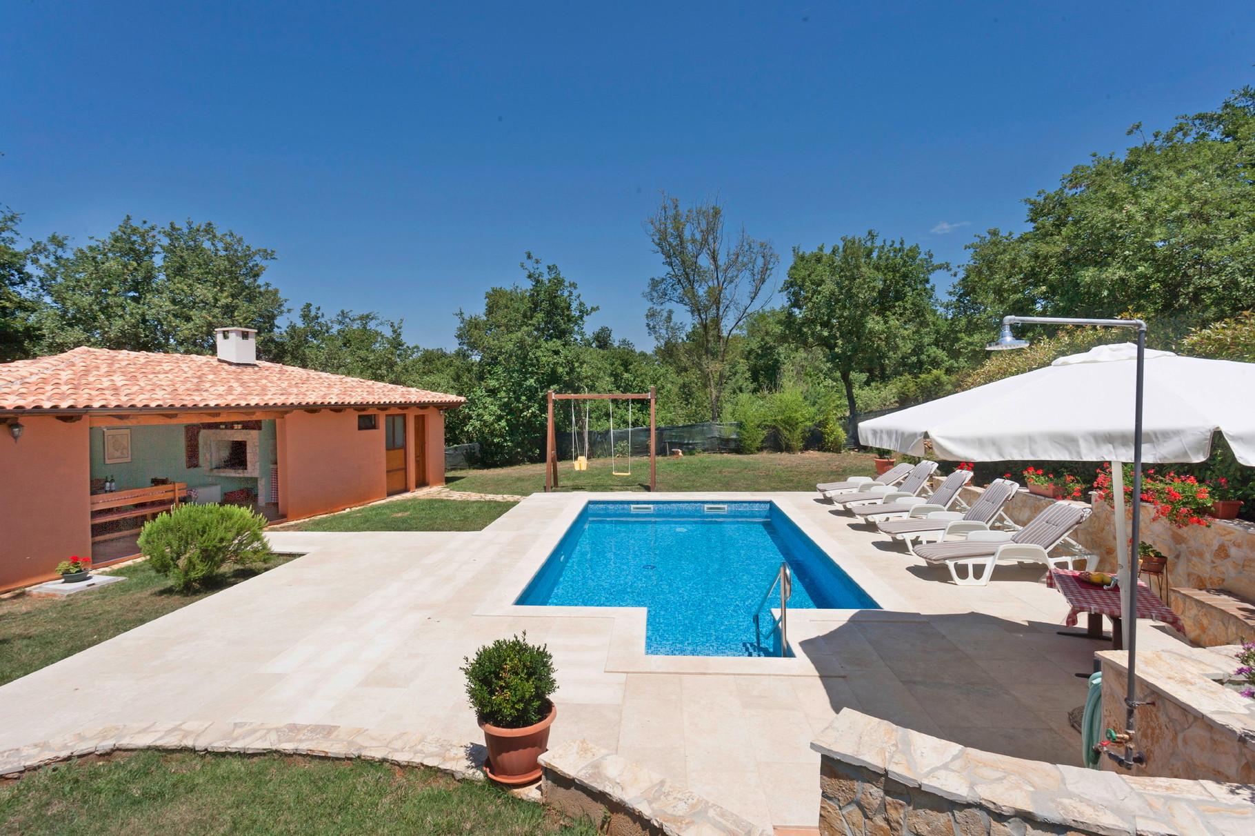 villa mit garten und pool m belideen. Black Bedroom Furniture Sets. Home Design Ideas