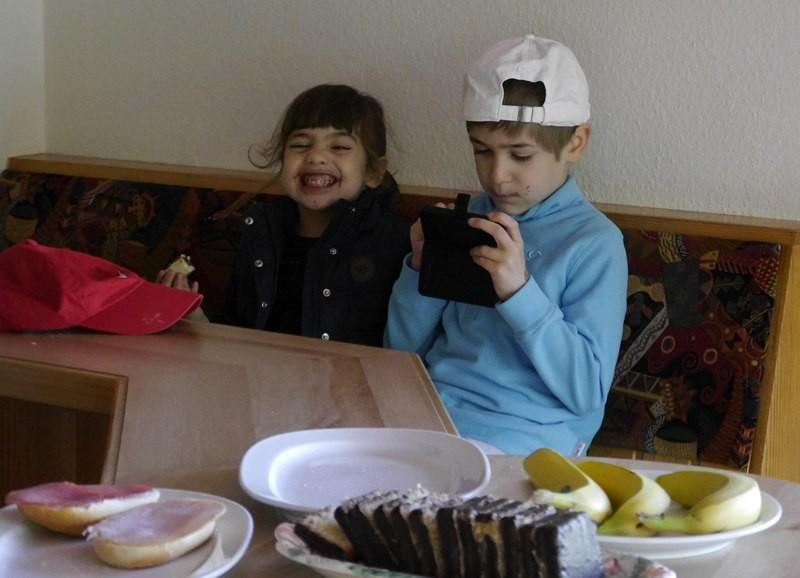 Mina und Maxim: So ein Nutella Brötchen ist schon was feines