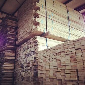 ①材料が到着 ブナはヨーロッパ産 トチ・シナ・センは国産