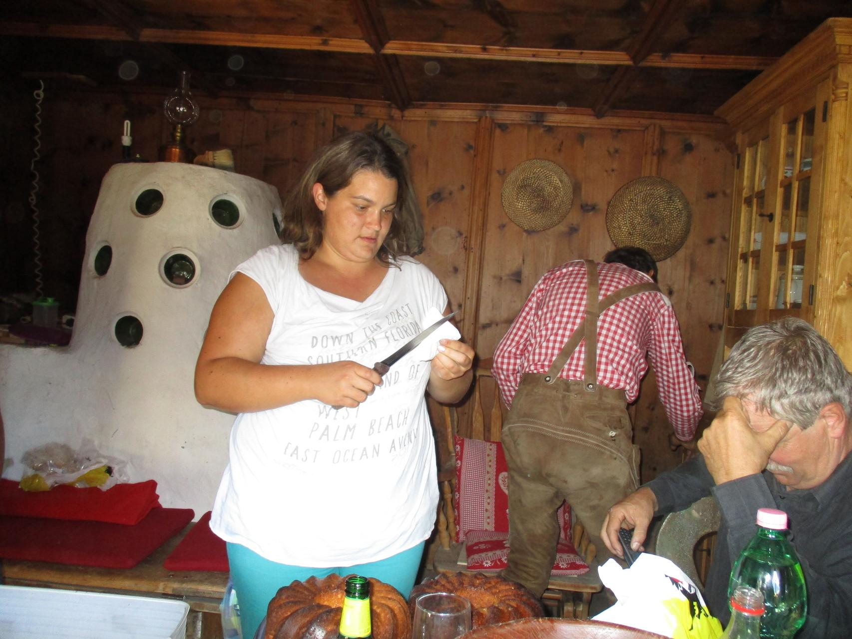 Ramona beim Messerwetzen