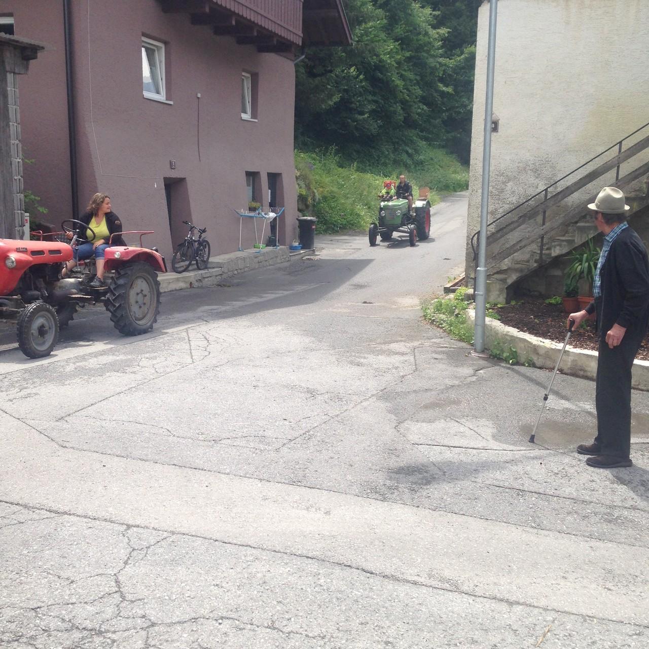 Ramona mit Traktor von Haki