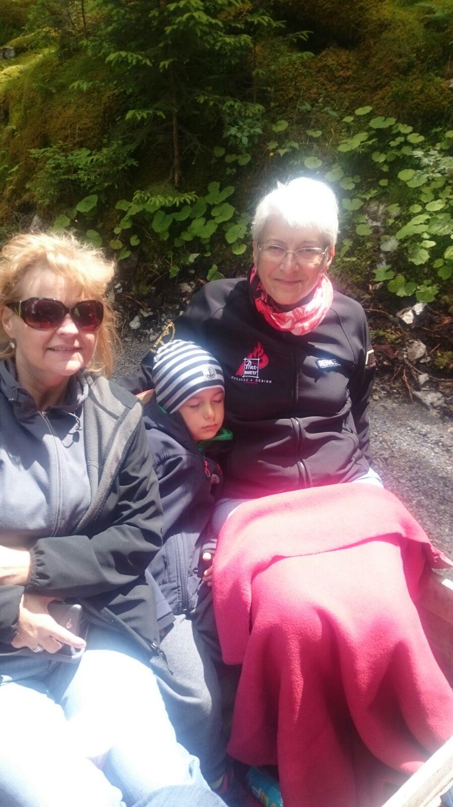 Maximilian machte während der Fahrt ein Schläfchen bei Emmi und Renate am Traktor