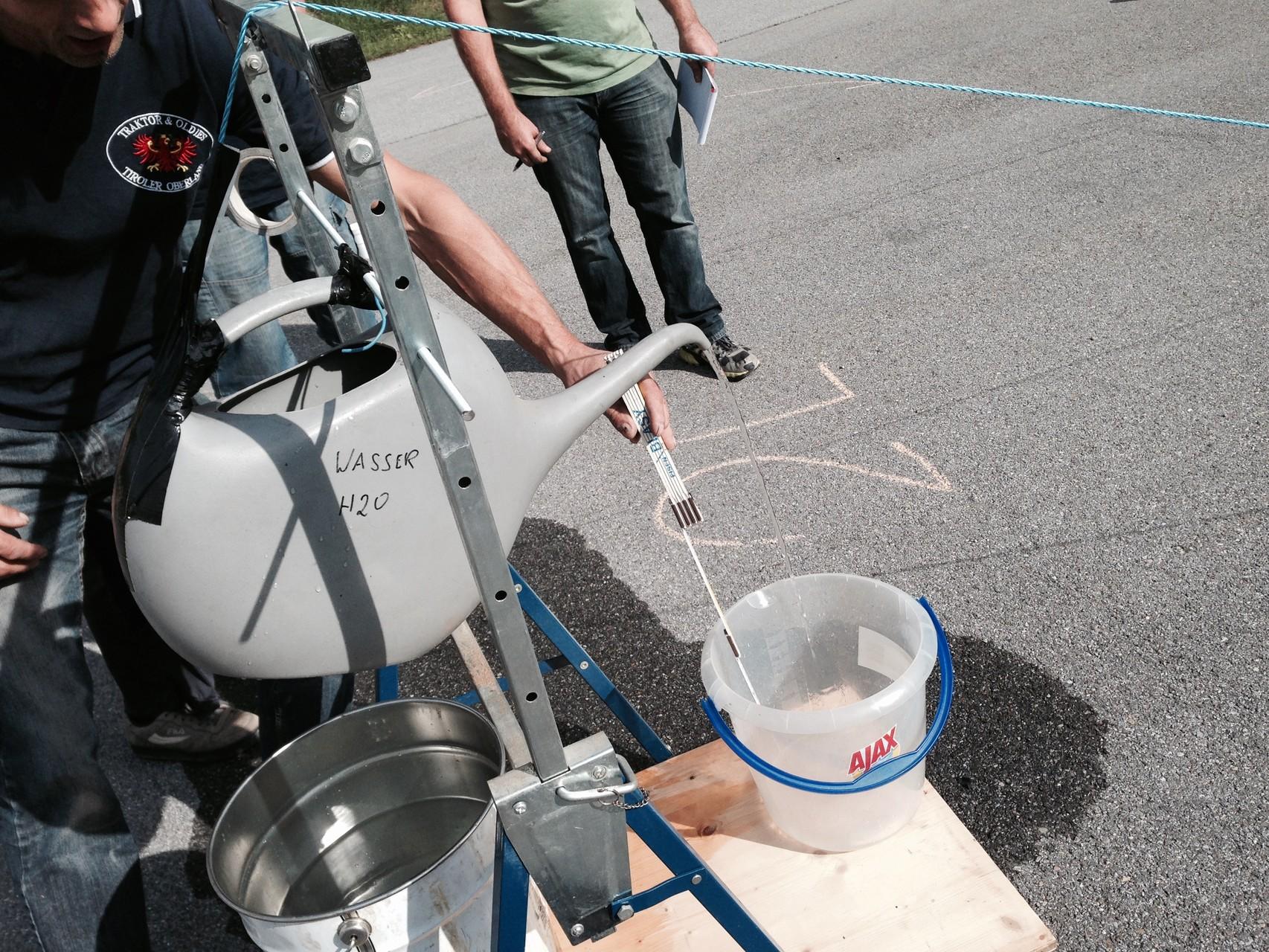 2 liter Wasser müssen in den Kübel