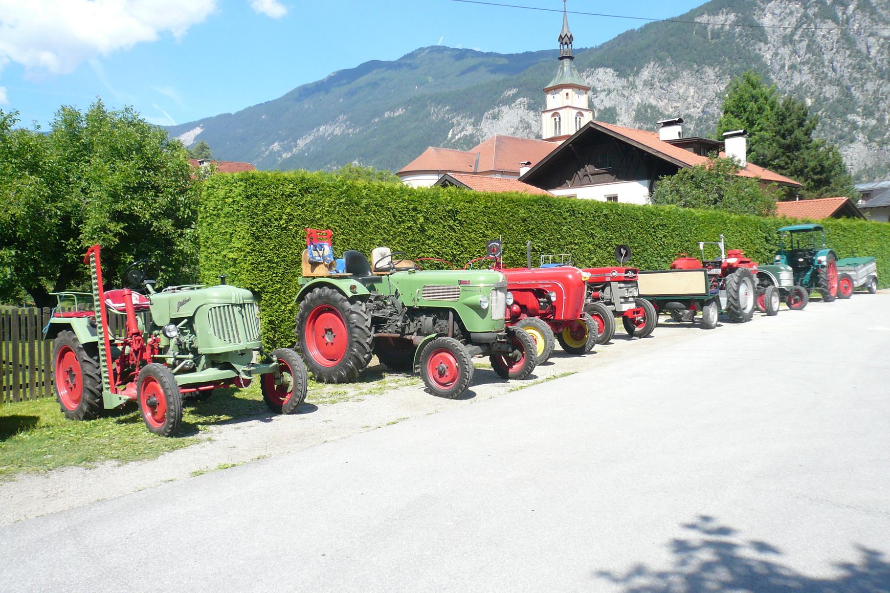 Unsere Traktoren vor dem Kindergarten,