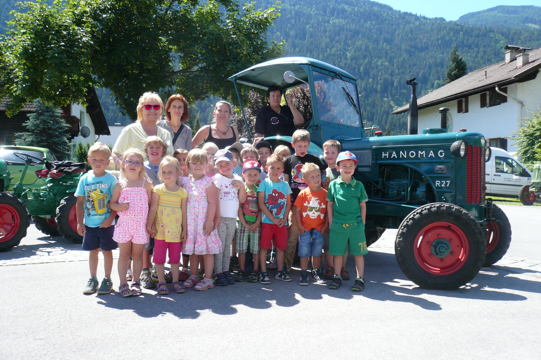 Kindergartengruppe vor dem Traktor