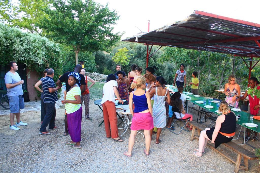 Avant de manger, petit apéro africain : beignets et bissap !
