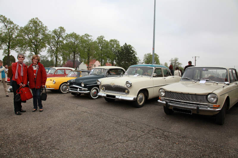 Un duo qui plait toujours: les belles femmes et les belles voitures.