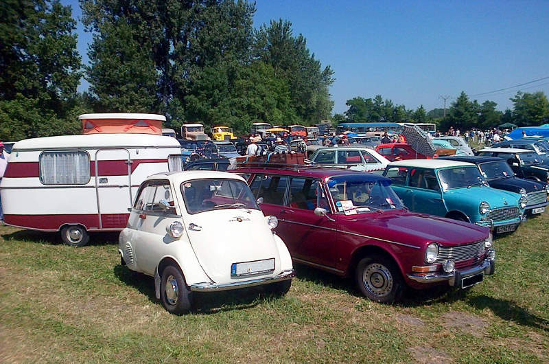Simca 1301 et sa caravane + une Isetta