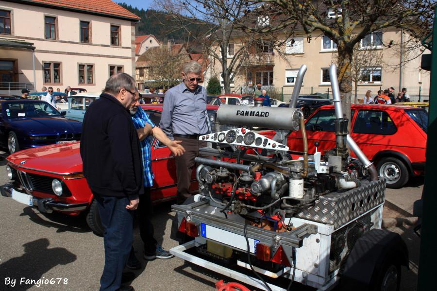 on admire un moteur de tank Panhard