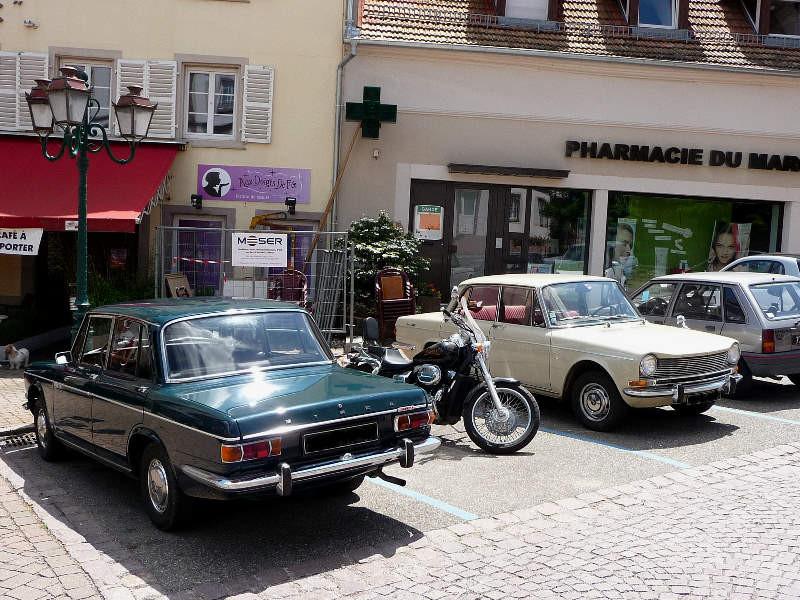 """Deux Simca 1300 devant le restaurant """"Au Bouc"""""""