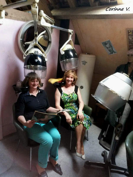 Faux mannequins ou vraies poupées chez le coiffeur!