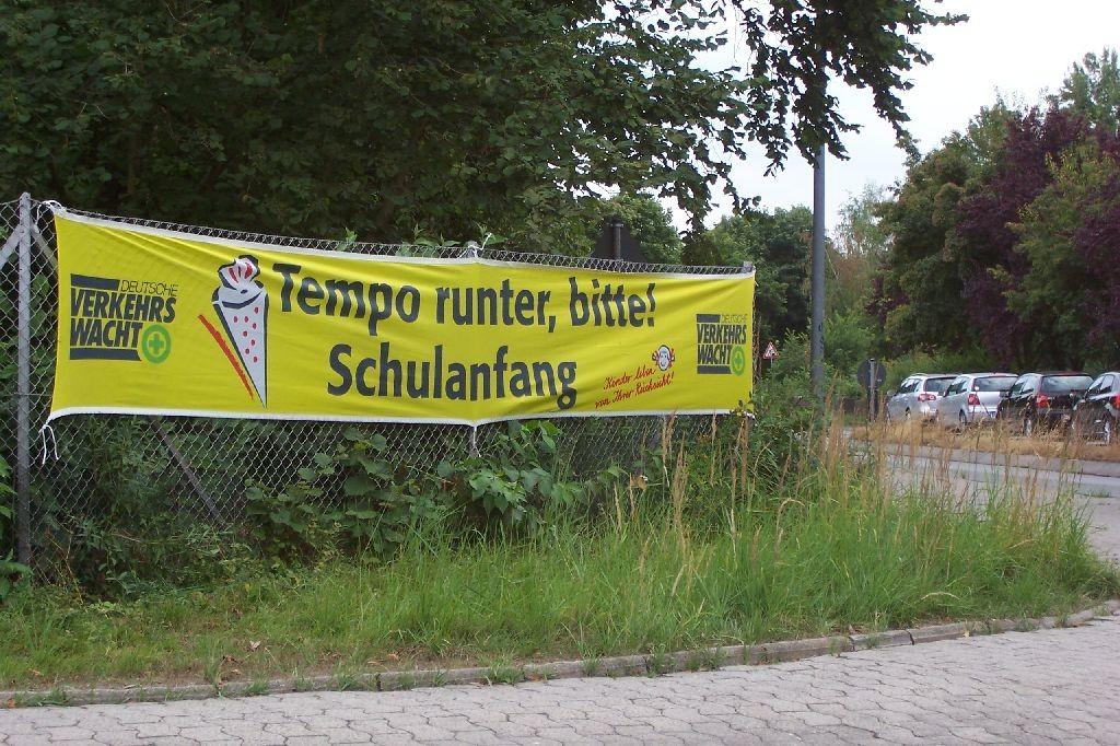 Ein Hinweisschild der Wolfsburger Verkehrswacht vor Schulen