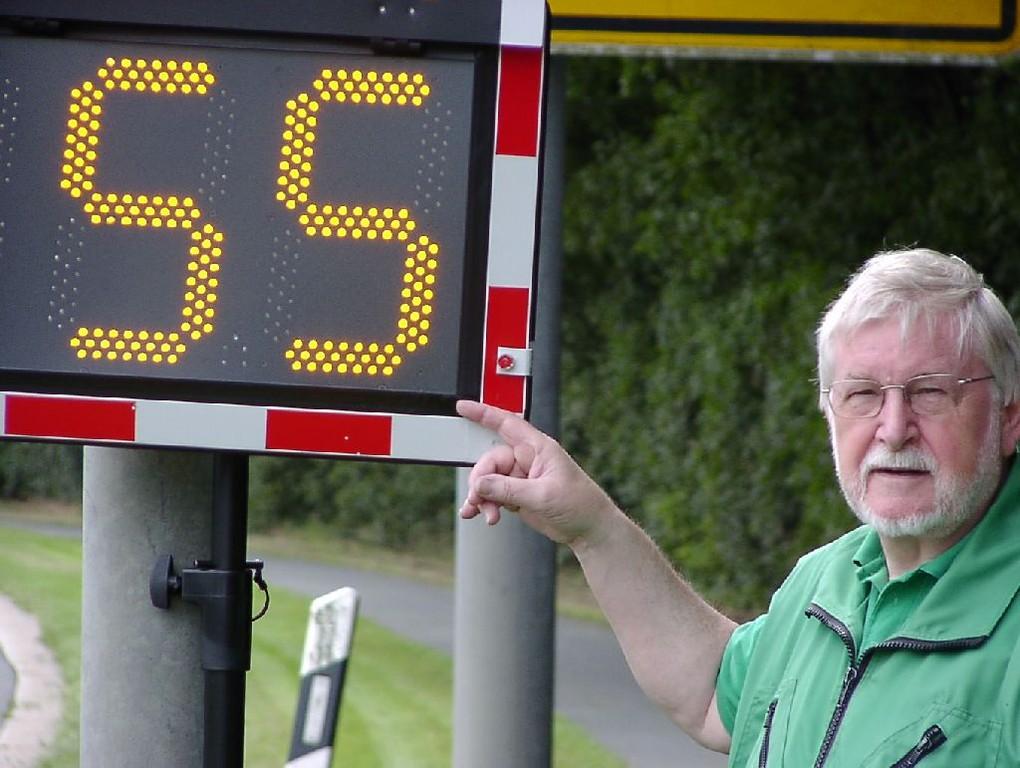 Klaus Seiffert von der Verkehrswacht bei einer Geschwindigkeitsmessung