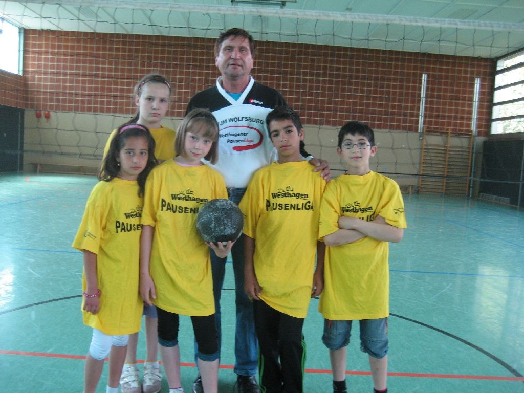 "Westhagener Kinder mit dem ""Willeball"""
