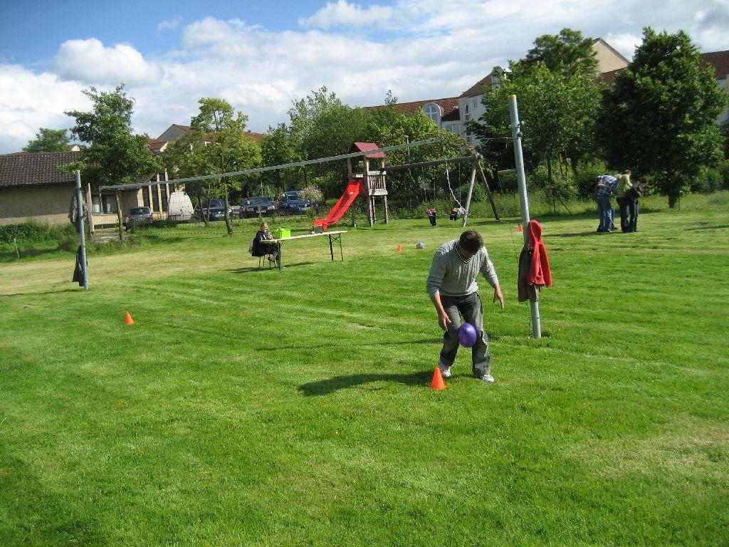 Die Sportfläche für Fußball und Volleyball der evangelischen Mennoniten-Kirche