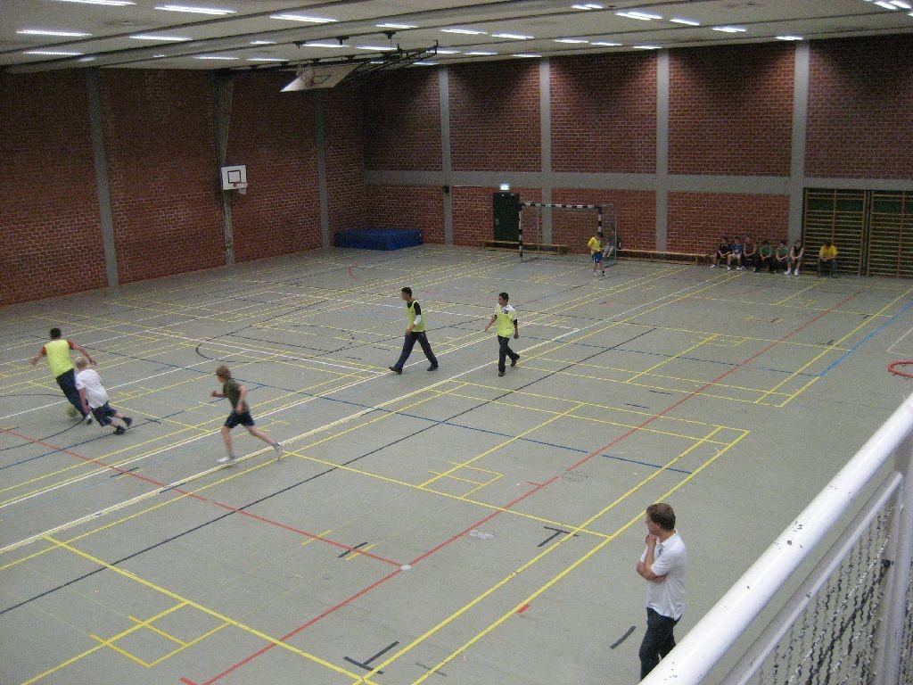 Beim Fußball in der großen Sporthalle im Schulzentrum