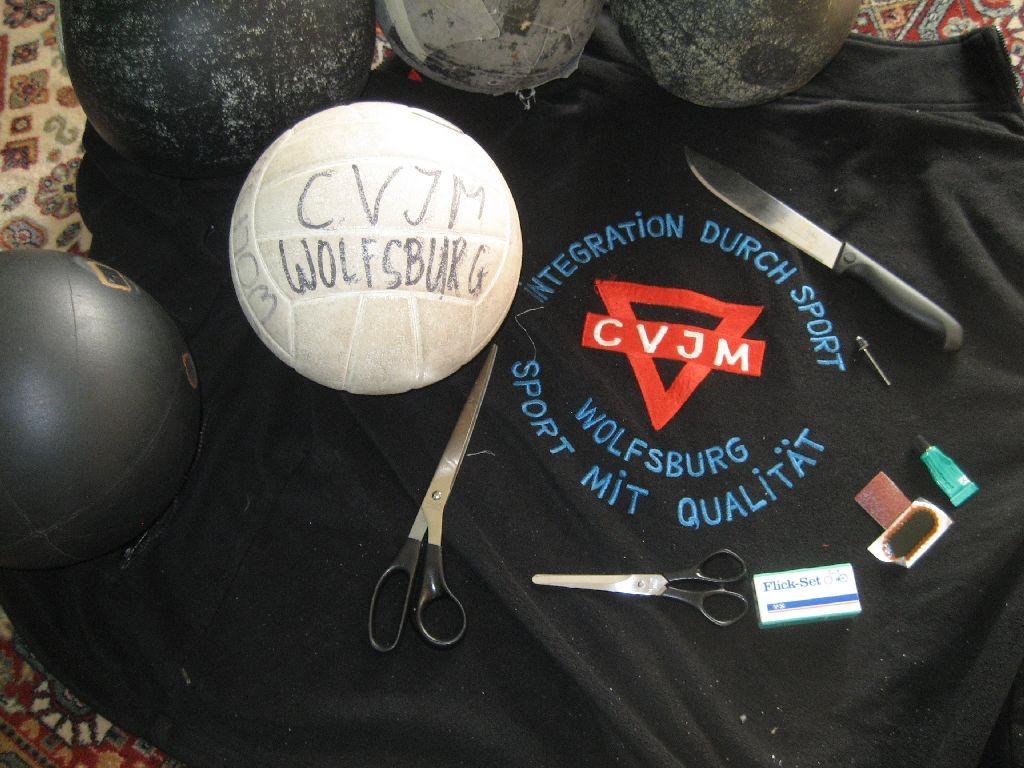 Wir benötigen einen alten Volleyball mit einer Volleyballblase. Außerdem ein scharfes Messer, eine runde, stumpfe Schere, eine Volleyballventilnadel und Flickzeug - und viel Geduld!!!
