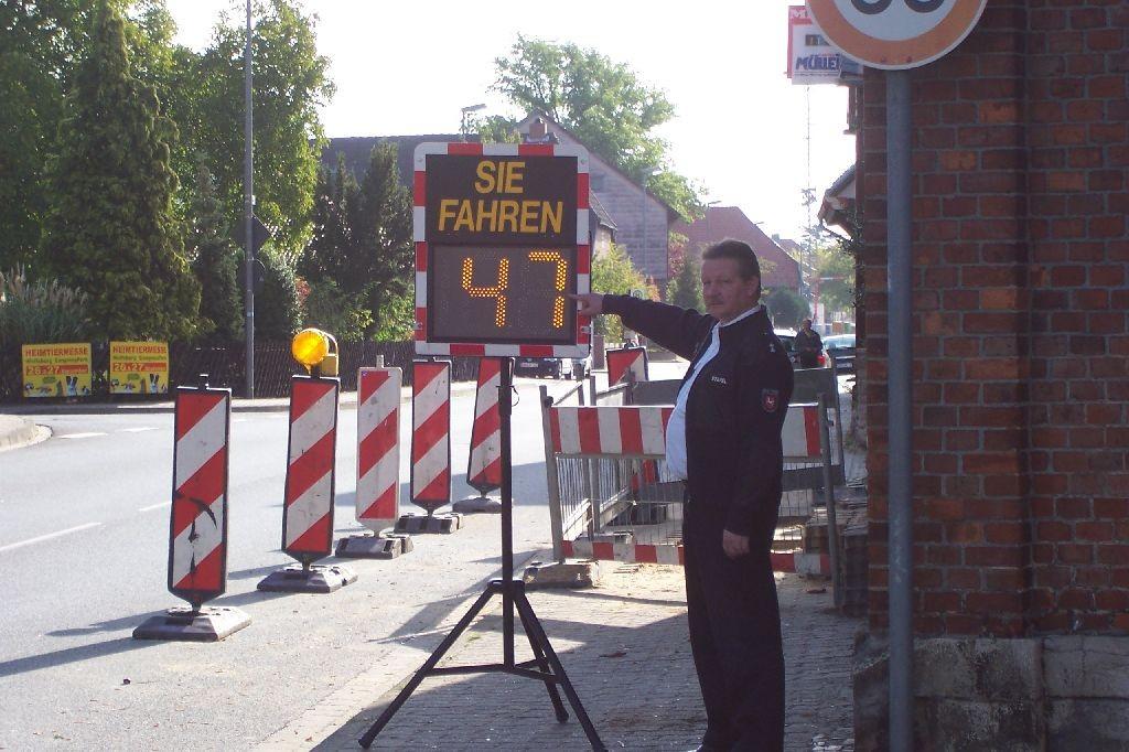 Polizeioberkommissar Rainer Stapel bei einer Geschwindigkeitsmessung