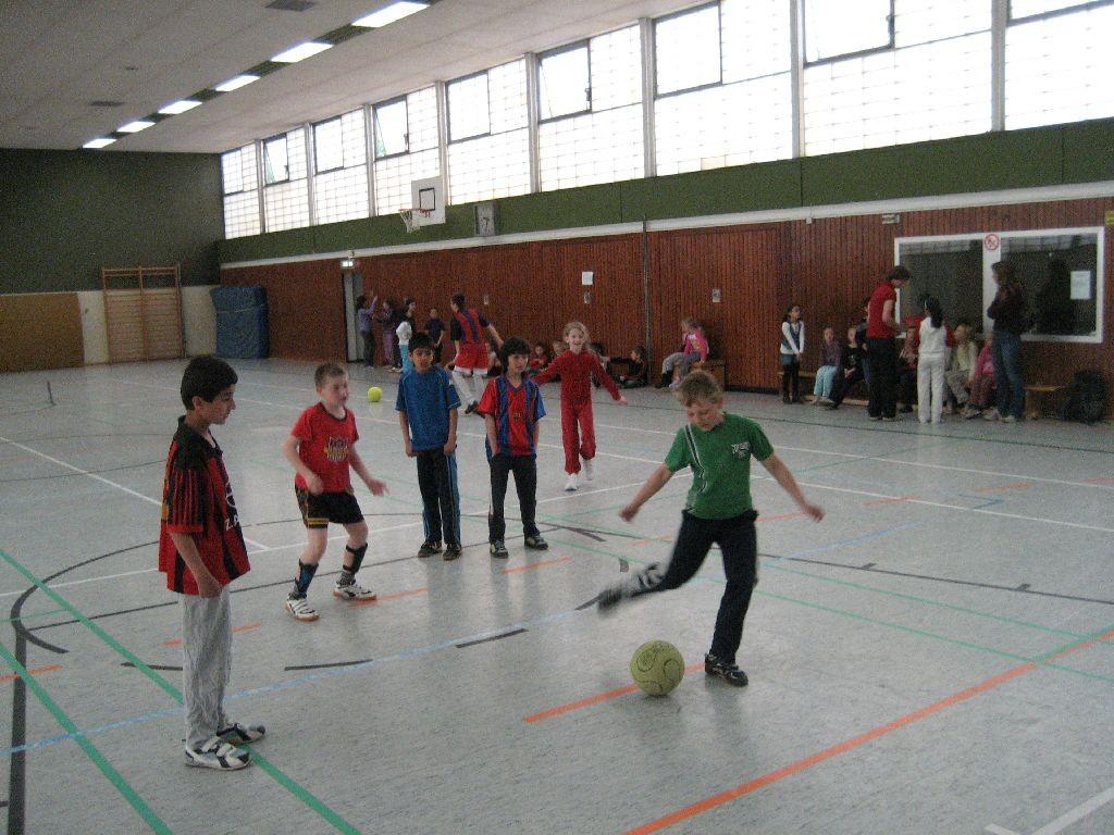 Fußball in der Sporthalle der Hans-Christian-Andersen-Grundschule