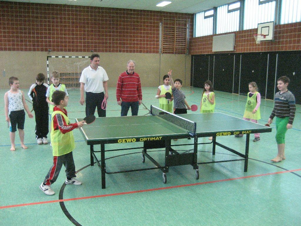 Tischtennis in der Sporthalle der Regenbogen-Grundschule