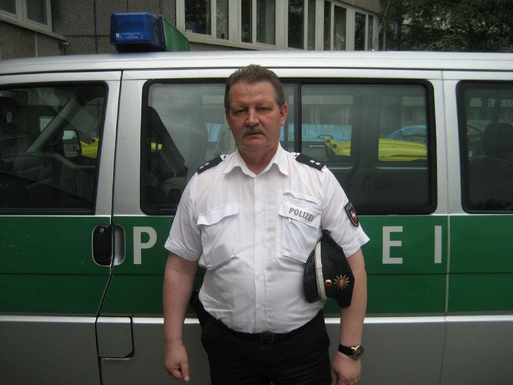 Verkehrssicherheitsberater Rainer Stapel vor seinem Dienstwagen