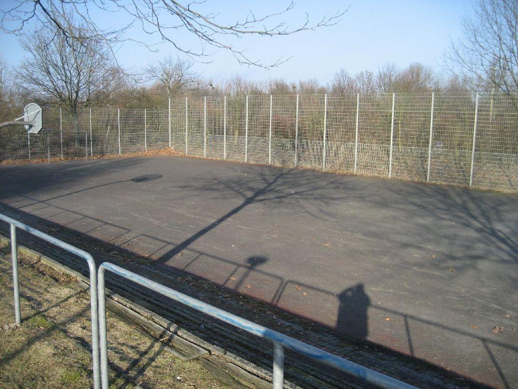 Basketfeld und Fußballplatz am Rodelhügel