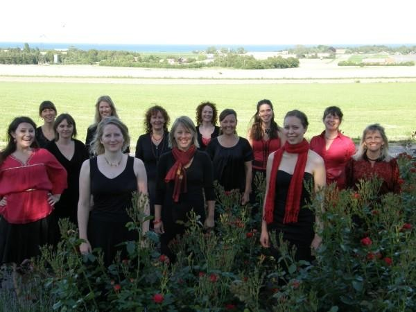 Lis con le amiche del Coro Sedjanka. Lis è quella in primo piano a sinistra, vestita di nero, con collier d'oro