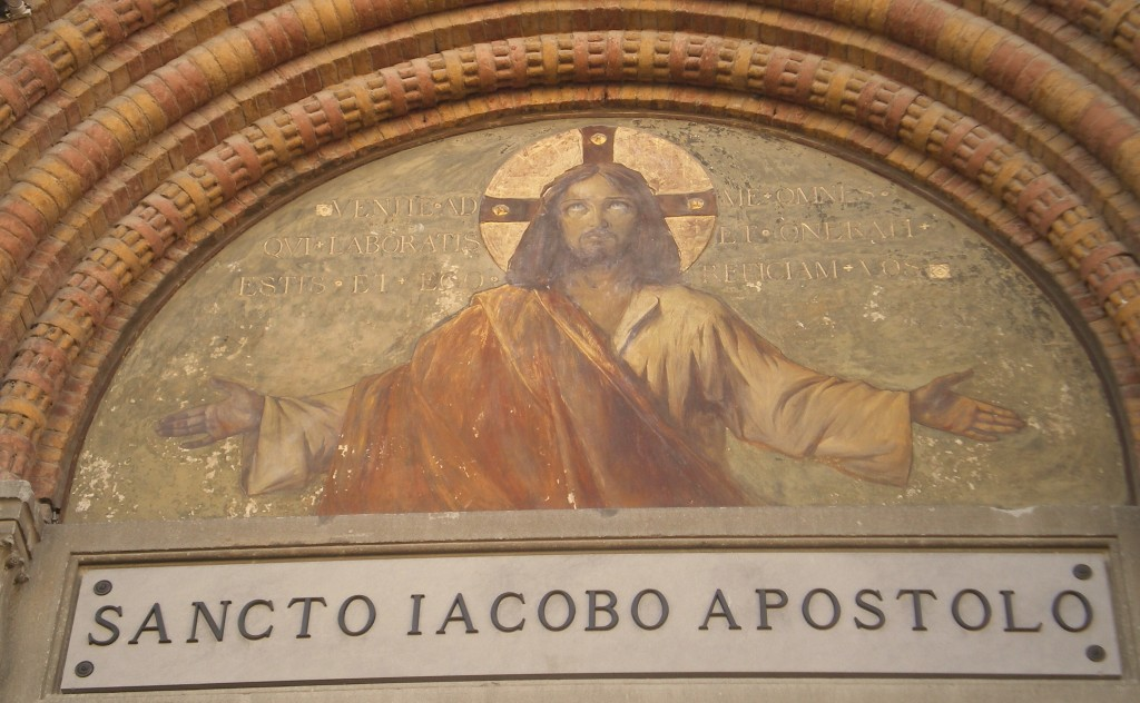 La scritta sopra la porta dell'ingresso della Chiesa