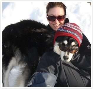 Marie-Hélène et un des chiens de traîneau de Laurel Aventure Nature