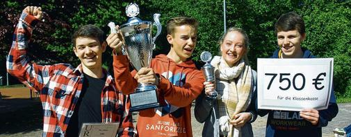 Jannik (16, v.l.), Lennart (17), Lena (16) und Tim (16) aus der 10a sind die Energiesparmeister der Gemeinschaftsschule Büchen.        Foto: Röder
