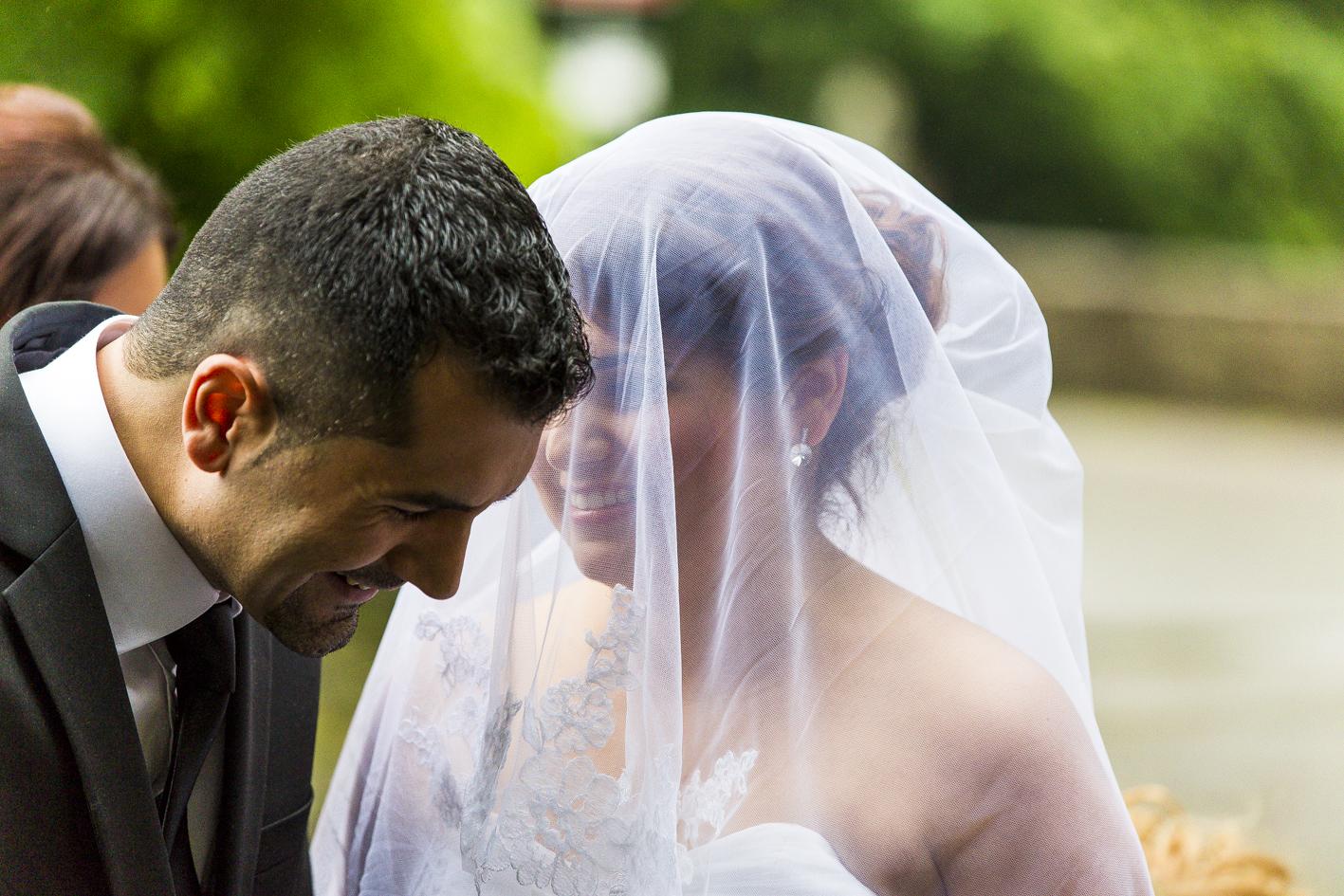 Braut-Bruder bringt sie zum Alltar