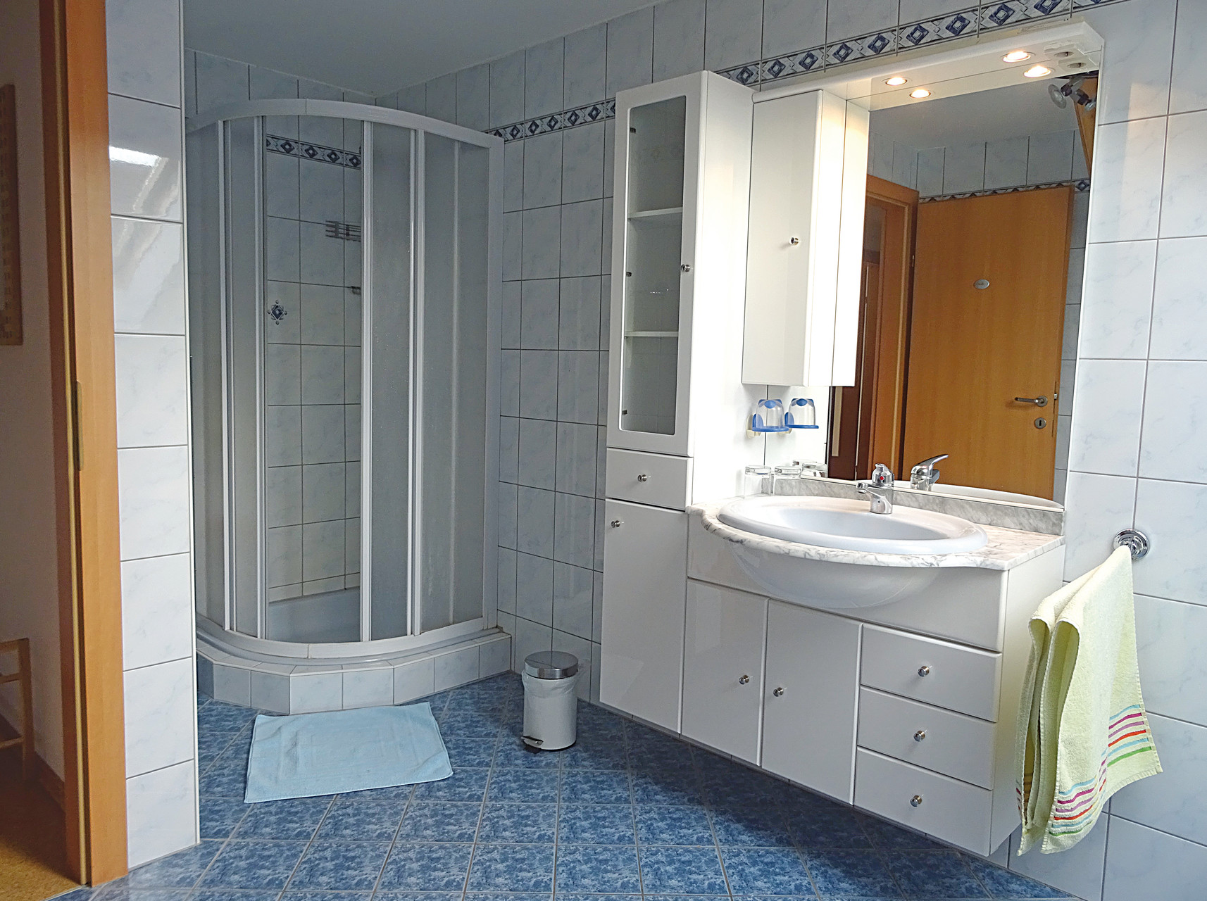 Badezimer mit Badewanne und Dusche