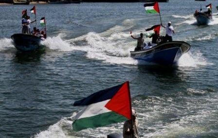 Gaza, d 2.juli 2011: Unge palæstinensiske aktivister i en solidaritets- aktion for FreedomGaza-flotillen