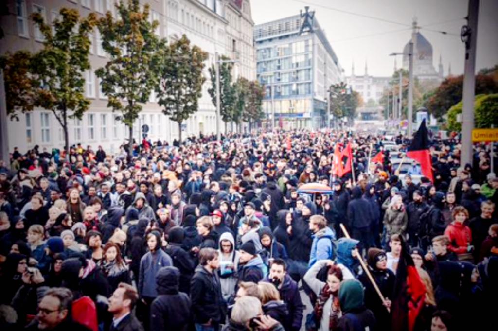 Antifa-demo blokken tager afsted fra 'Bahnhof -Mitte'