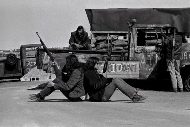 AIM-militante ved 'Wounded Knee'  i Pine Ridge-reservatet i 1973