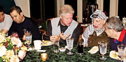 Camp David: Præsident Bill Clinton, PLOs formand Yassir Arafat og den israelske ministerpræsident Ehud Barak (tv.)