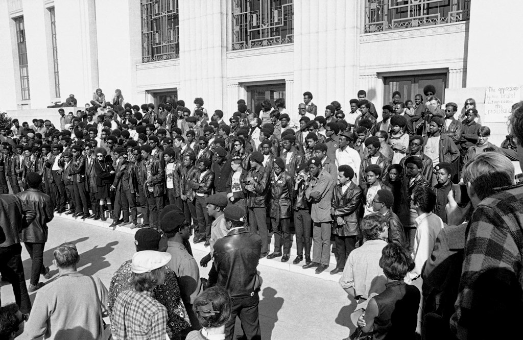 Medlemmer af Black Panther Party demonstrerer i Oakland, Californien,  juli 1968