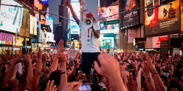 Flere tusinder demonstrerede i weekenden over hele USA mod frikendelsen af Georg Zimmermann. Billede er fra demoen på Times Square i New York