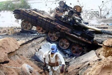 Udbrændt  AMISOM-tank fanget i en af de tankfælder oprørerne har lavet i Mogadishu