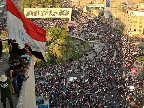 """Tahrir Pladsen i Bagdads centrum, november 2019: """" Ned med regeringen - Leve friheden!"""""""