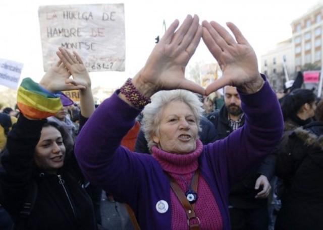 Kvindernes massive protester fik regeringen til at trække dens anti-abortlov tilbage ...